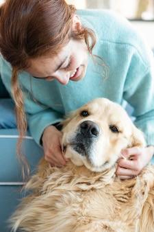 Schließen sie herauf glückliche frau, die mit hund spielt