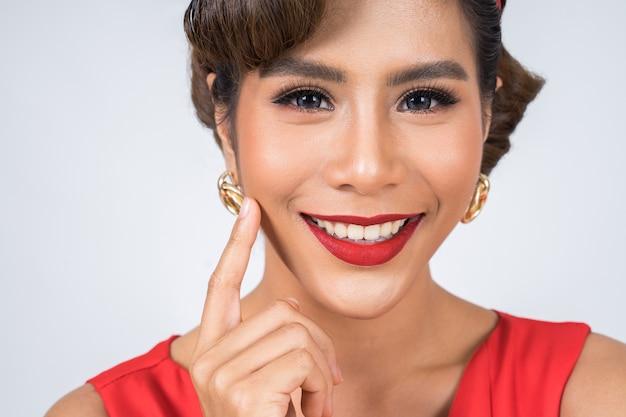 Schließen sie herauf großes lächeln der modefrau rote lippen