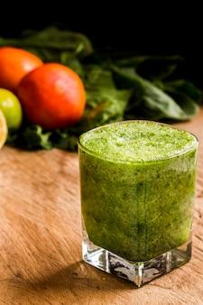 Schließen sie herauf grünen smoothie im glas
