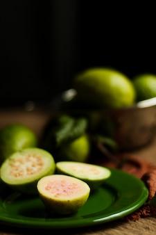 Schließen sie herauf guajava-früchte auf platte