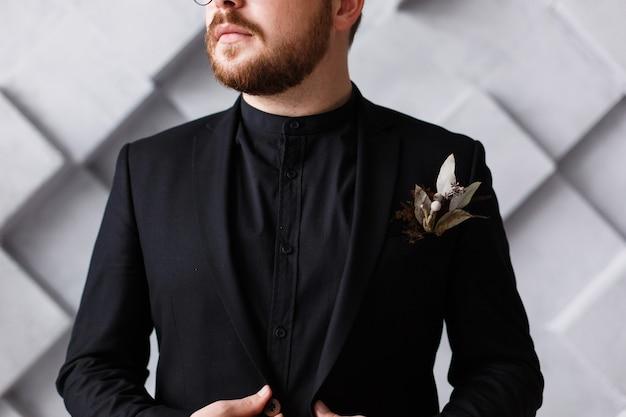 Schließen sie herauf halbes gesichtsporträt des bärtigen chefs im schwarzen anzug und im hemd