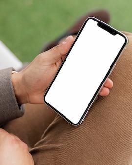 Schließen sie herauf hand, die smartphone hält