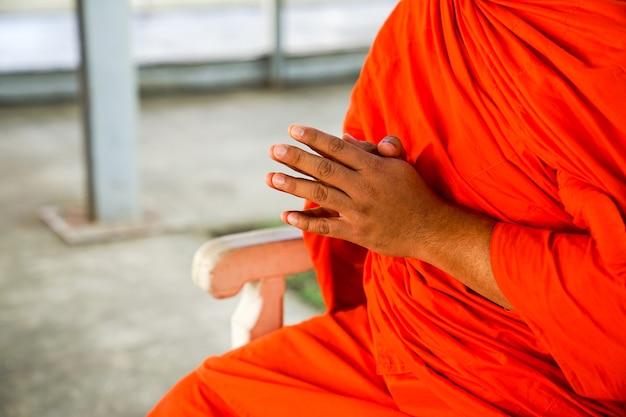 Schließen sie herauf hand herauf von asien-mönch, betet., bangkok, thailand.