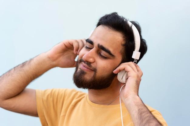 Schließen sie herauf junge, der musik hört