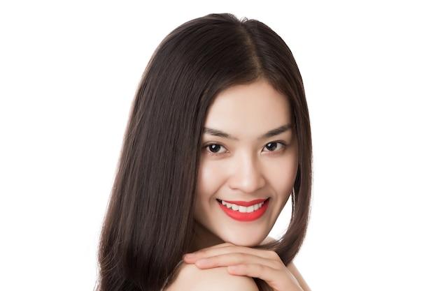 Schließen sie herauf junge schöne asiatische frau mit glücklichem smileygesicht lokalisiert auf weiß.