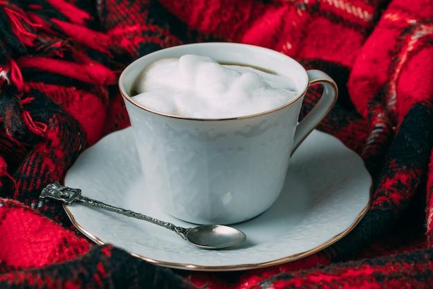 Schließen sie herauf kaffeetasse mit schaum