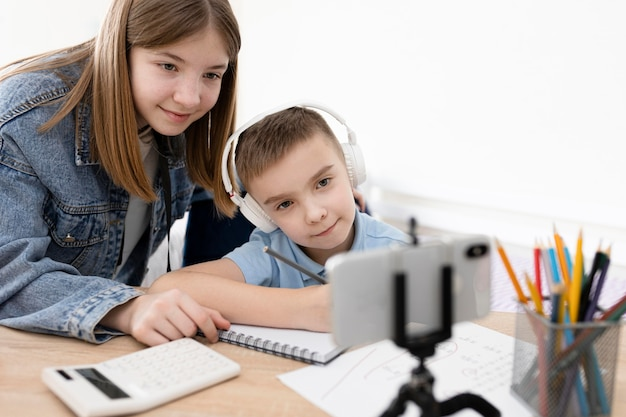 Schließen sie herauf kinder, die zusammen lernen
