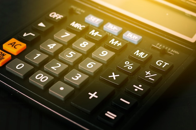 Schließen sie herauf knopfrechner, taschenrechner auf tabelle mit aufflackernlicht