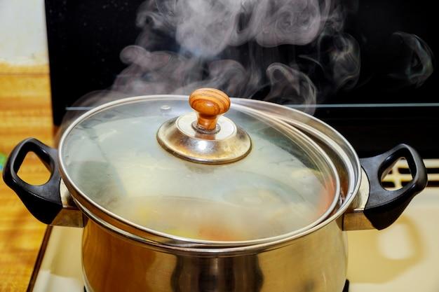 Schließen sie herauf kochendes schweinefleisch und hühnersuppe oder gekochtes wasser in heißem im kochenden lebensmittel des topfes