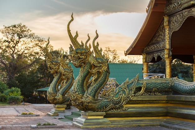 Schließen sie herauf kopf des öffnungsmunds der naka- oder schlangenstatue mit dem stolzen tempel phu