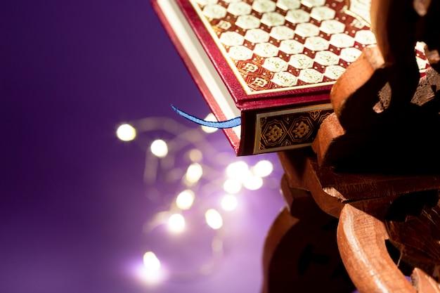 Schließen sie herauf koran mit defocused schnurlichtern