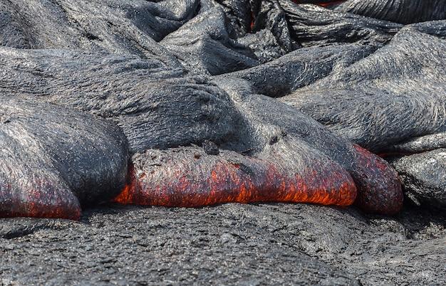 Schließen sie herauf lavafluss im lavafeld