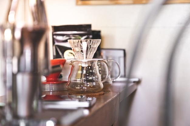 Schließen sie herauf leere kaffeefilter-tropfenfängerausrüstung mit kopienraum