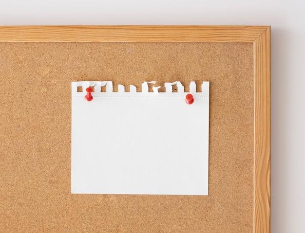 Schließen sie herauf leeres papierblattmodell, das über brett festgesteckt wird.