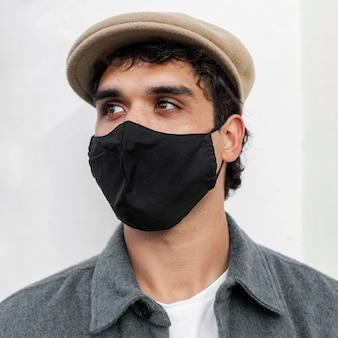 Schließen sie herauf mann, der maske trägt