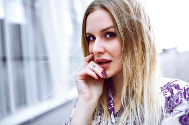 Schließen sie herauf mode-lebensstilporträt der schönheit blonden frau, die auf kamera, natürlicher blick, weiche farben schaut.