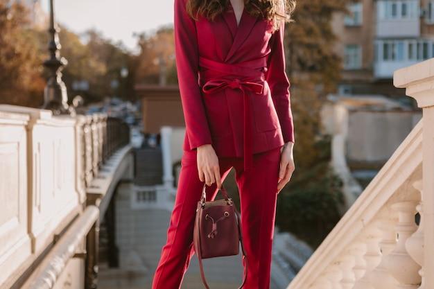 Schließen sie herauf modedetails der stilvollen frau im lila anzug, der in der stadtstraße geht, frühlingssommer-herbstsaison-modetrend, der geldbörse hält
