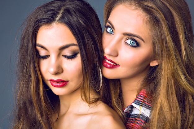 Schließen sie herauf modeporträt der erstaunlichen blonden und brünetten frau, perfekte haut, helles make-up, reine schönheit, volle sexy rote lippen, herbst-winter-stil,