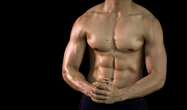 Schließen sie herauf muskulösen schönen körper des bodybuilders auf kopienraumhintergrund