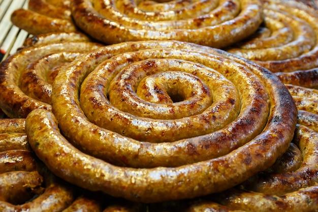 Schließen sie herauf nordthailändischen art schweinefleisch-wurst-grill