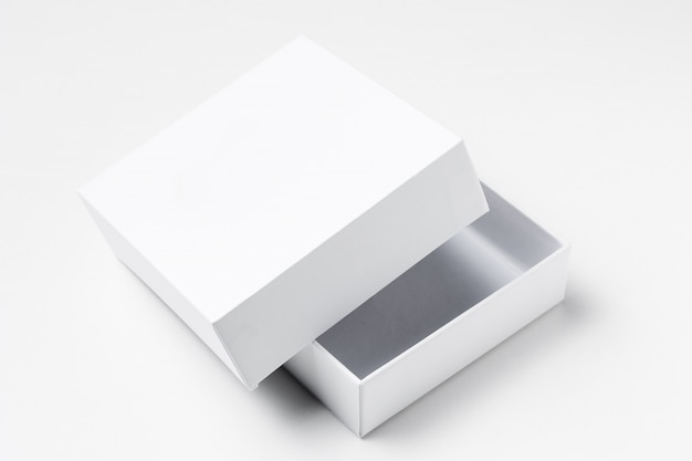 Schließen sie herauf offene pappgeschenkbox des weiß