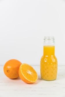 Schließen sie herauf orangensaft geöffnete flasche