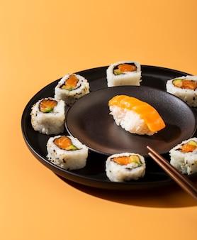 Schließen sie herauf platte von sushirollen mit nigiri