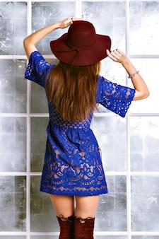 Schließen sie herauf porträt der eleganten hübschen brünetten frau, des stilvollen weinlesehutes und des blauen marinekleides.
