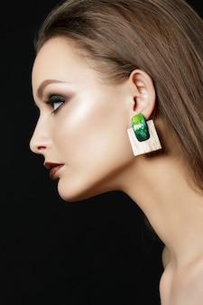 Schließen sie herauf porträt der jungen frau mit braunen lippen und grünen rauchigen augen. perfekte augenbrauen. moderne mode schminken. Premium Fotos