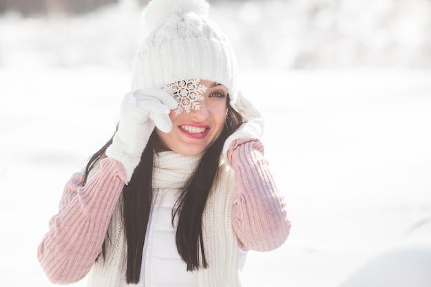 Schließen sie herauf porträt der jungen schönen frau im winterwald.