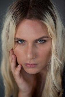 Schließen sie herauf porträt der schönen transgenderfrau