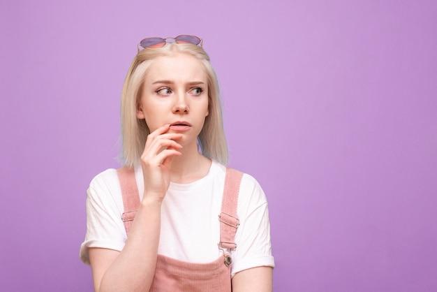 Schließen sie herauf porträt der teenagerfrau mit blondem haar