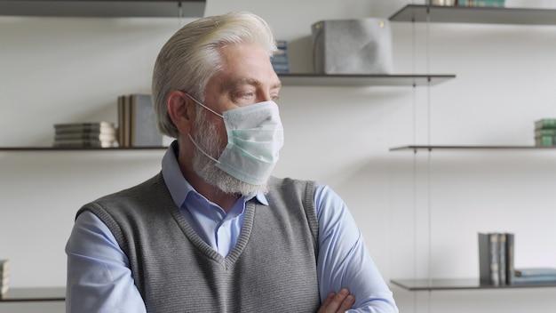 Schließen sie herauf porträt des älteren mannes in der medizinischen gesichtsmaske