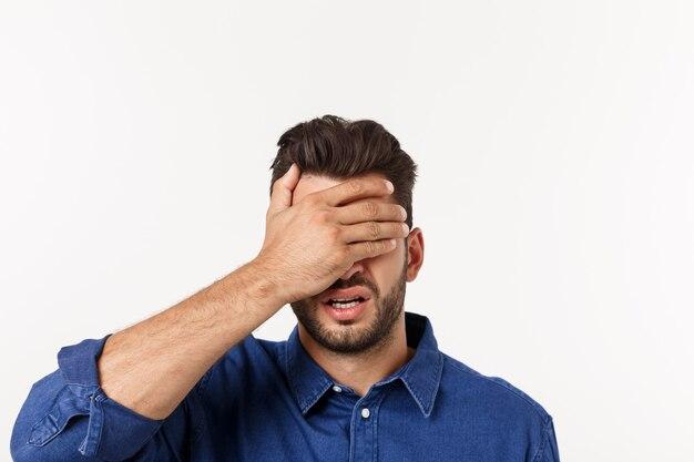 Schließen sie herauf porträt des enttäuschten gestressten bärtigen jungen mannes im hemd, das augen über schließt