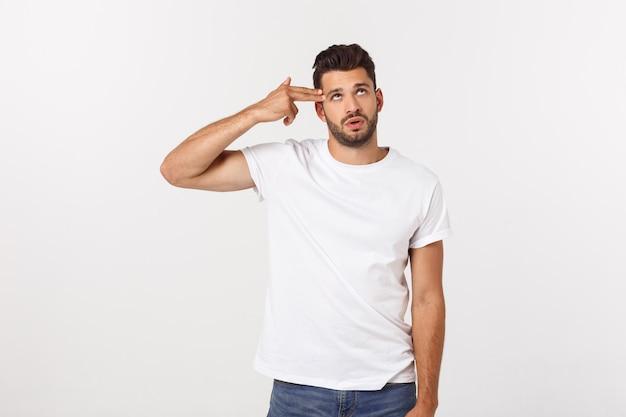 Schließen sie herauf porträt des enttäuschten gestressten bärtigen jungen mannes im hemd vorbei