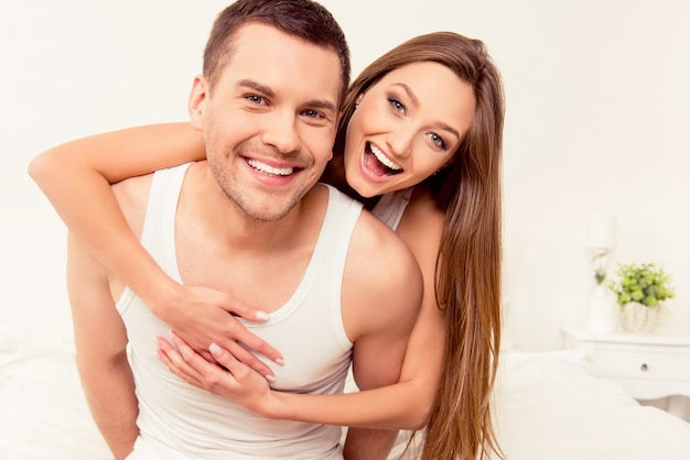Schließen sie herauf porträt des fröhlichen glücklichen mannes und der frau, die einander umarmen