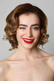 Schließen sie herauf porträt des hübschen blinzelnden mädchen kosmetikkonzeptes. gesundheitswesen.