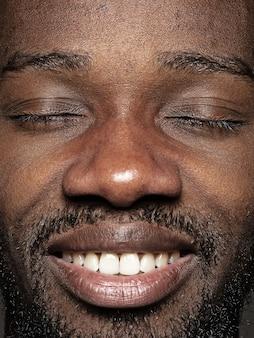 Schließen sie herauf porträt des jungen afroamerikanischen mannes
