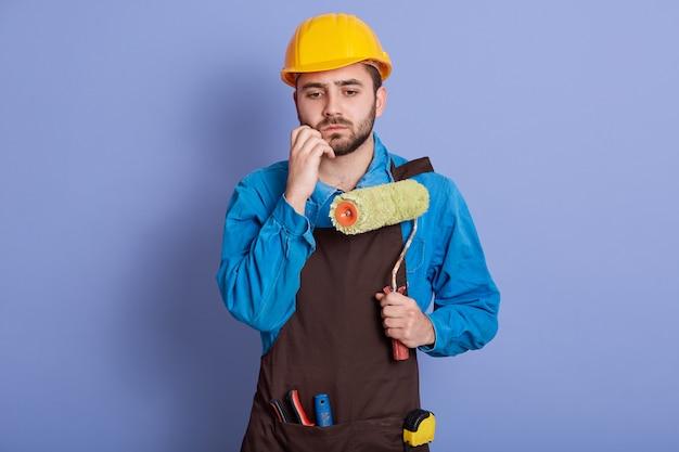 Schließen sie herauf porträt des reparaturmanns, der helm trägt