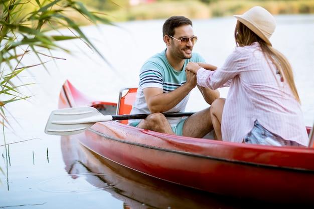 Schließen sie herauf porträt des romantischen paarbootfahrens auf dem see