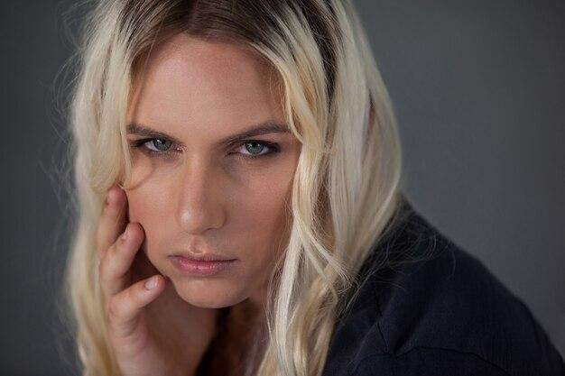Schließen sie herauf porträt des schönen transgender