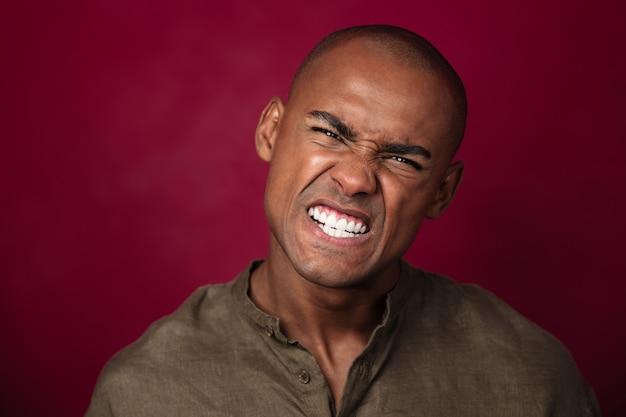 Schließen sie herauf porträt des verärgerten afrikanischen mannes, der schaut