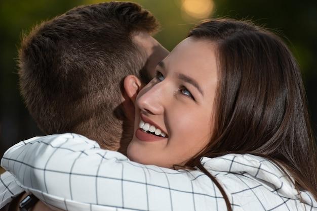 Schließen sie herauf porträt des verliebten paares beim umarmen. glückliche junge leute.