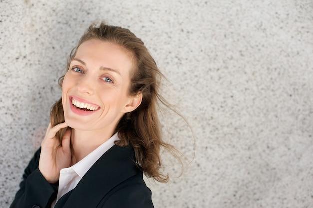 Schließen sie herauf porträt einer glücklichen geschäftsfrau, die positivität lachend ausdrückt