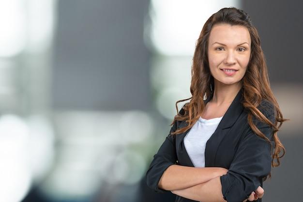 Schließen sie herauf porträt eines berufsgeschäftsfraulächelns