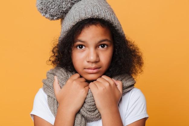 Schließen sie herauf porträt eines gefrorenen afroamerikanischen mädchens