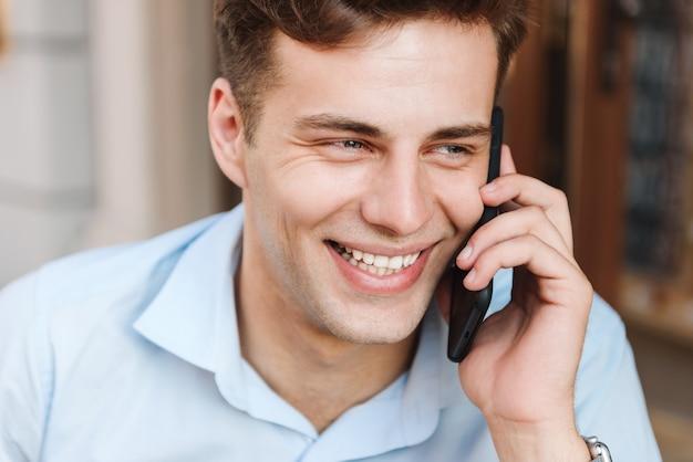 Schließen sie herauf porträt eines lächelnden jungen mannes im hemd