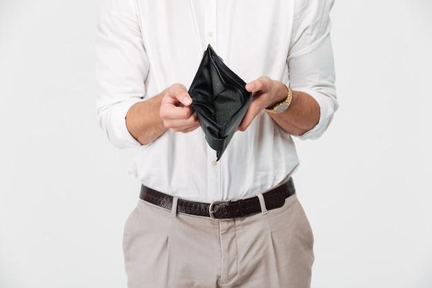 Schließen sie herauf porträt eines mannes, der leere brieftasche zeigt