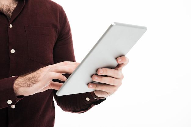 Schließen sie herauf porträt eines mannes, der tablet-computer verwendet