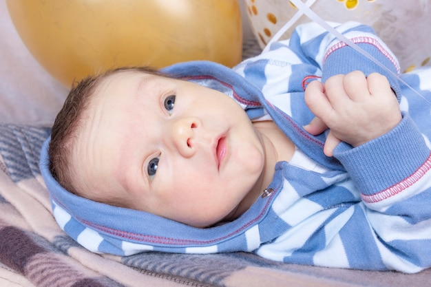 Schließen sie herauf porträt eines neugeborenen jungen mit bällen